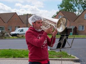 Aurélien Dumont joue de l'euphonium aux résidents