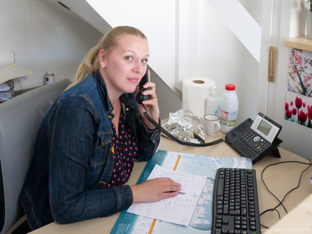Emilie répond au téléphone à l'accueil