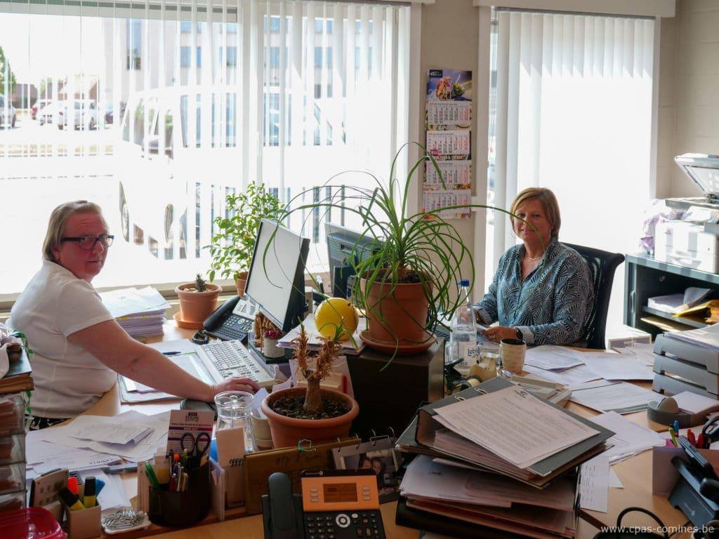 Deux personnes dans des bureaux administratifs