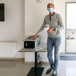 Jean François de chez Bebooth prend la pose devant une imprimante photo